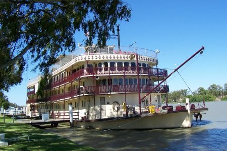 Cruise along the Murray River